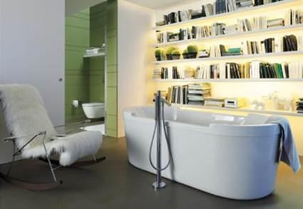Estantería con libros en el cuarto de baño