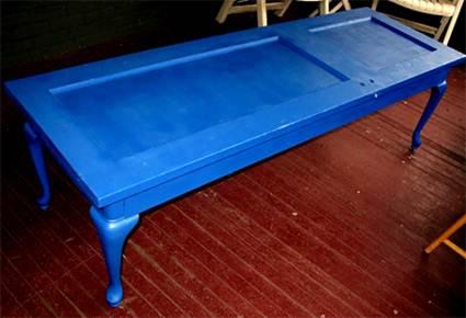 Mesa azul hecha con una puerta