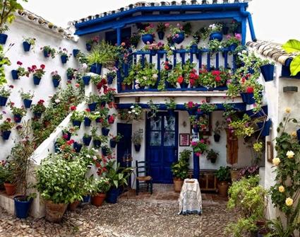 Un balc n andaluz en tu casa decoraci n de interiores y for Patios decorados con plantas