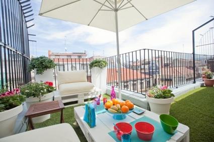 Terraza con mesa y sombrilla