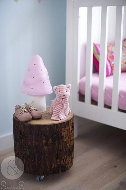 Tronco como mesita de noche para dormitorio infantil