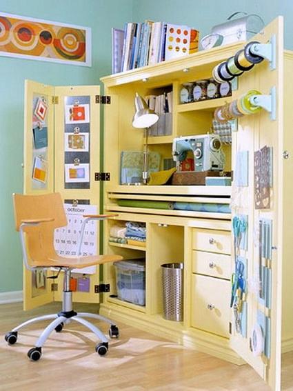 Espacio de costura dentro de un armario