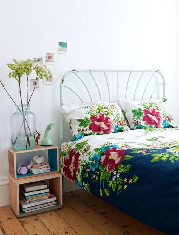 Cama metálica y textiles florales