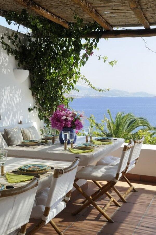Terraza mediterránea con vista al mar