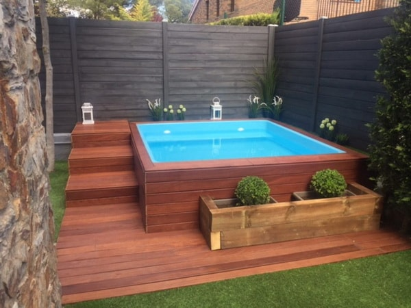 Mini piscina con deck de madera