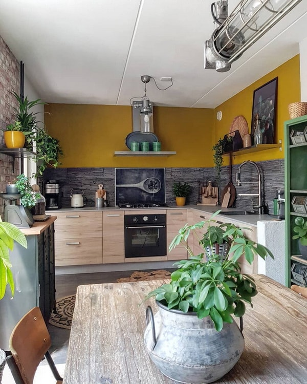 Cocina vintage industrial con pared color mostaza