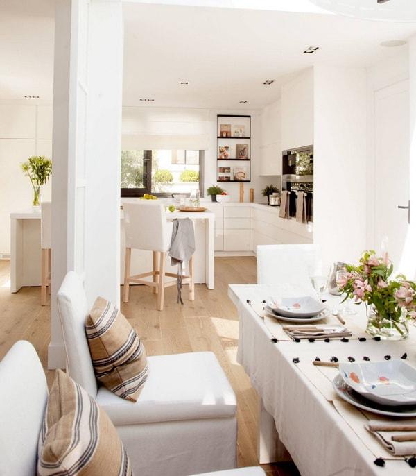 Blanco y madera para una cocina abierta al comedor