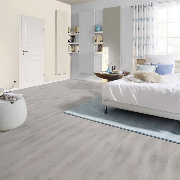 Dormitorio con suelo laminado