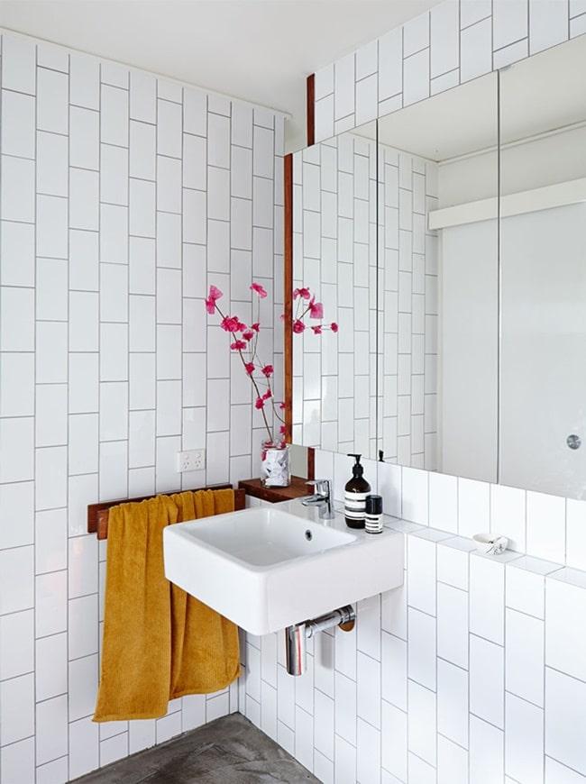 Estante de obra bajo el espejo del baño