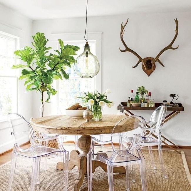 Sillas traslúcidas y mesa rústica de madera