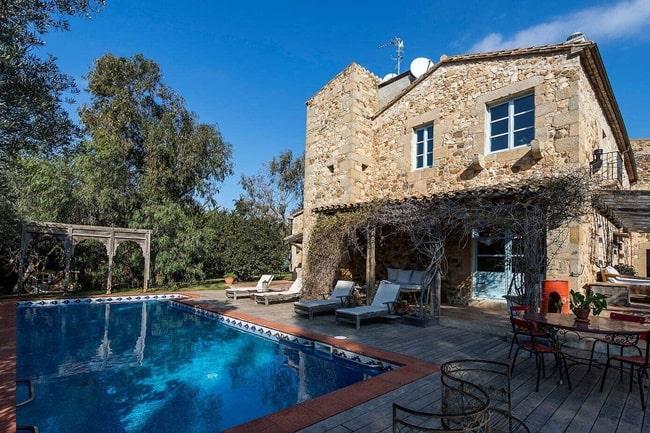 Casa con estilo rústico con paredes de piedra