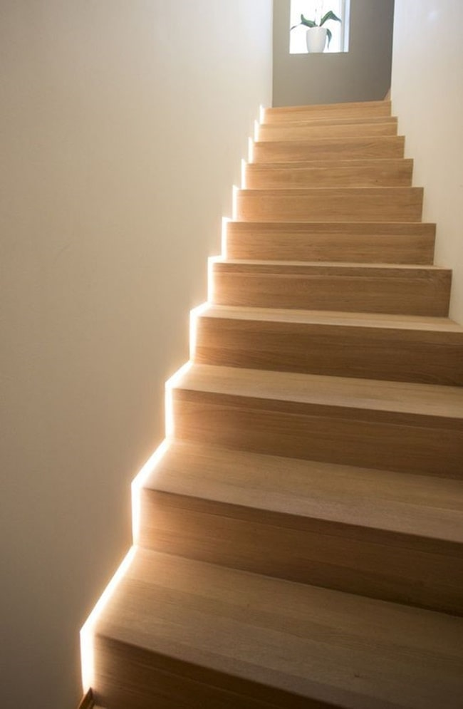 Escaleras iluminadas con luces de LED