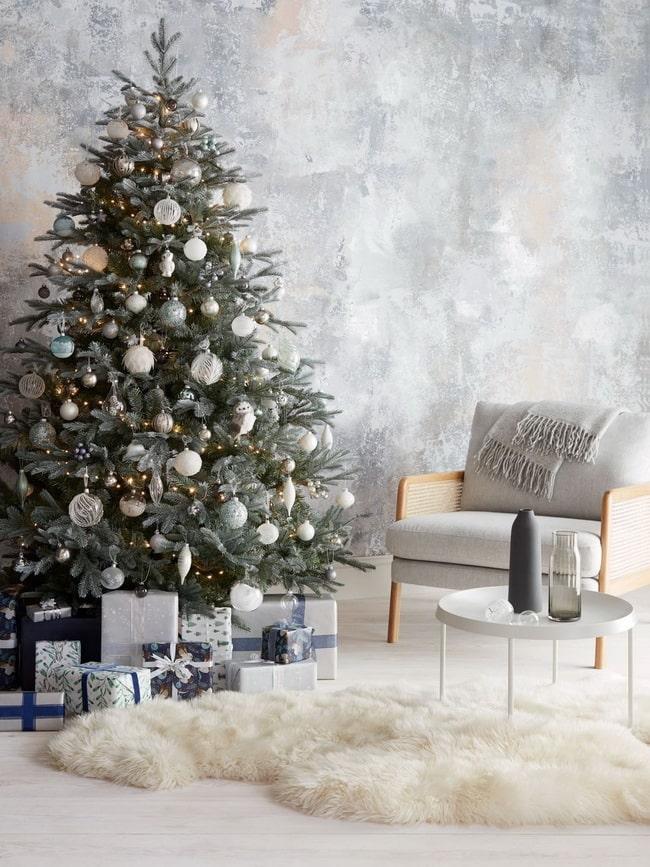 Árbol de Navidad en blanco y plata