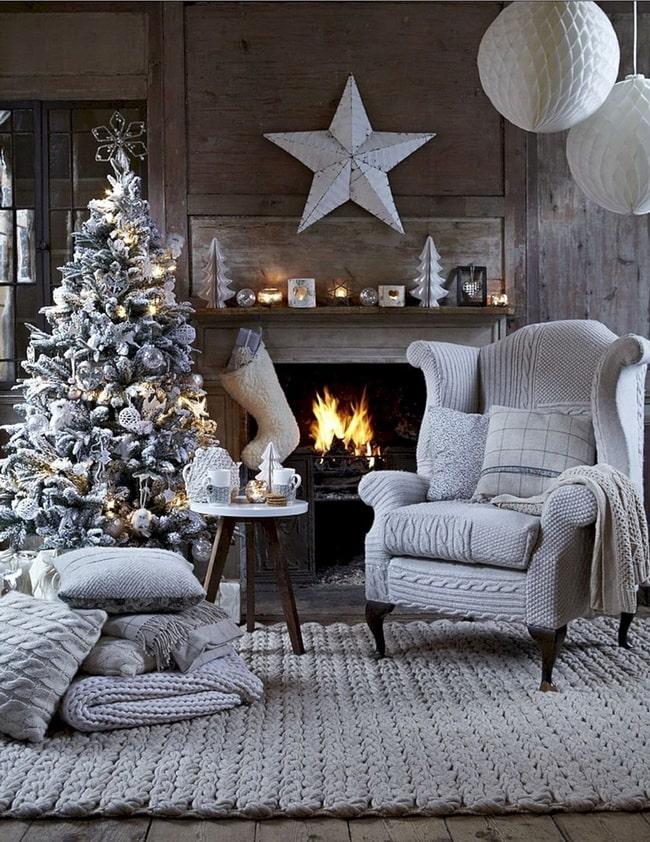 Decoración navideña en blanco y plata
